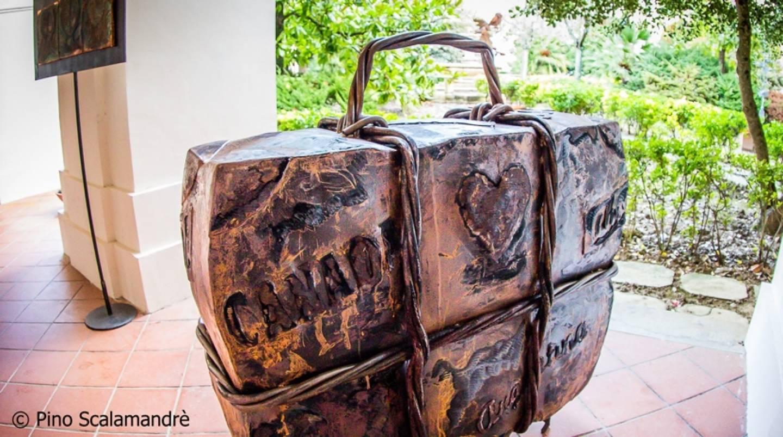 La valiga dell'emigrante esposta nel chiostro del Valentianum di Vibo Valentia prima della definitiva installazione a Maierato