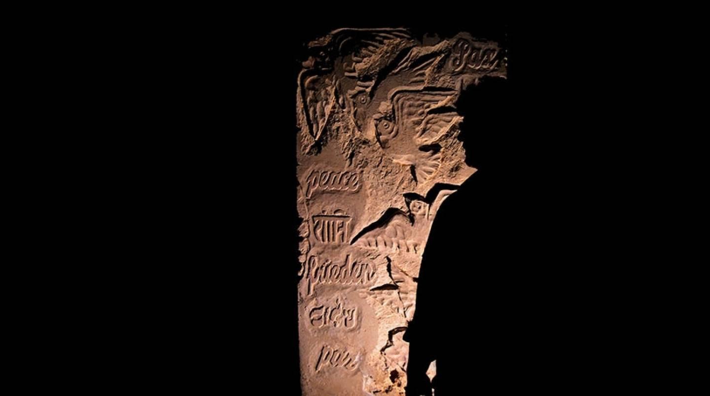 Suggestiva immagine notturna di una delle steli della memoria presso il Centro direzionale Abramo